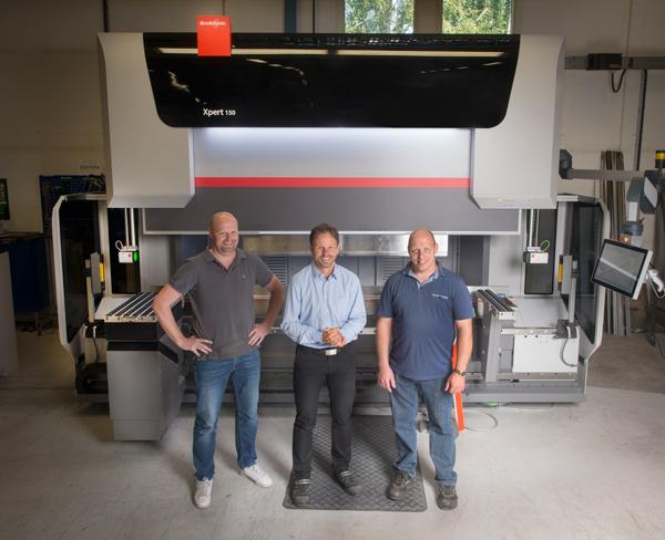 Claes Carlén, Peter Labecker och Per-Åke Sondell poserar gärna framför den större av de två nya kantpressarna som Bystronic levererat.