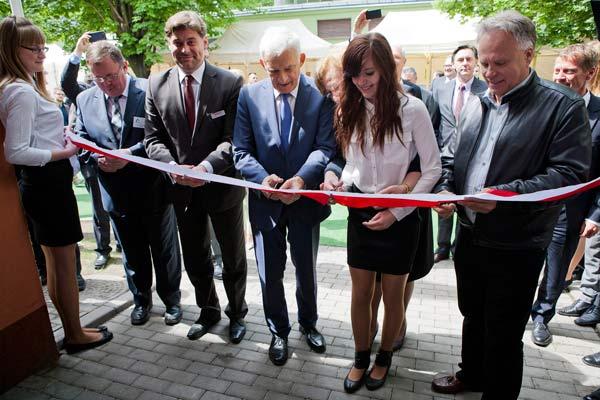 Gene Haas öppnar kombinerad visnings- och utbildningslokal i Polen