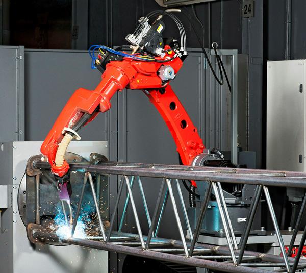 Henjo svetsar små partier med en robot